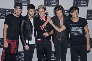 Liam Payne, Zayn Malik, Niall Horan, Harry Styles and Louis Tomlinson of One Direction celebrate their VMA for Song of the summer at the 2013 MTV Video Music Awards