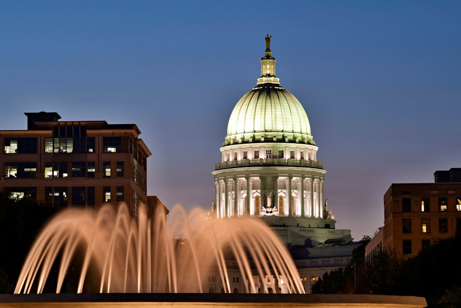 A picture of the Wisconsin state capitol at dusk